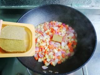 小清新咖喱饭,接着放入咖喱块煮开