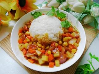 小清新咖喱饭,米饭边缘浇上咖喱蔬菜丁