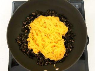 风味炒面  芽菜肉末炒玉米面,把玉米面条放入芽菜肉末中