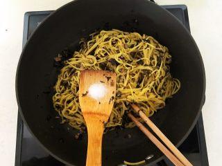 风味炒面  芽菜肉末炒玉米面,加入2克白糖