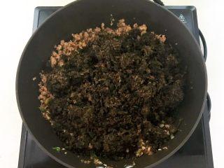 风味炒面  芽菜肉末炒玉米面,加入芽菜碎