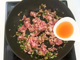风味炒面  芽菜肉末炒玉米面,加入半勺料酒
