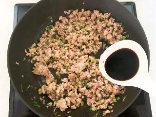 风味炒面  芽菜肉末炒玉米面,加入半勺生抽