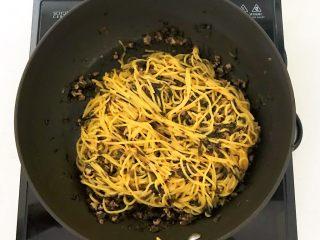 风味炒面  芽菜肉末炒玉米面,翻炒均匀