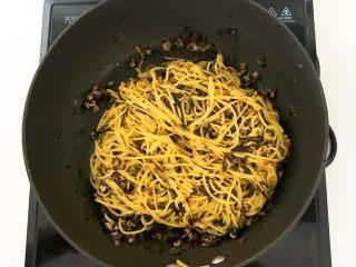 风味炒面  芽菜肉末炒玉米面,翻炒均匀即可