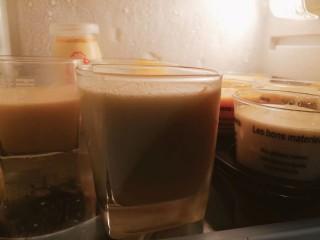 百香果奶冻,倒入容器中,入冰箱冷藏四小时以上