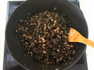 风味炒面  芽菜肉末炒玉米面,翻炒2分钟