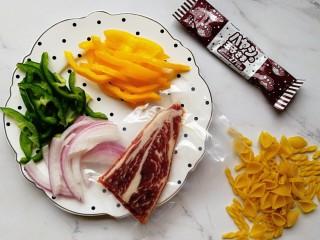 宝宝辅食—彩椒和牛咖喱炒意面,准备好食材:彩椒和洋葱分别切丝