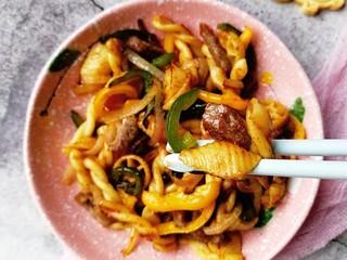 宝宝辅食—彩椒和牛咖喱炒意面,香喷喷的彩椒和牛咖喱炒意面