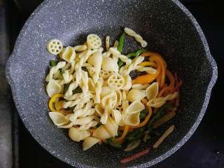 宝宝辅食—彩椒和牛咖喱炒意面,彩椒炒软后,倒入煮熟的意面翻炒均匀