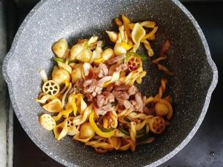宝宝辅食—彩椒和牛咖喱炒意面,最后倒入炒熟的和牛
