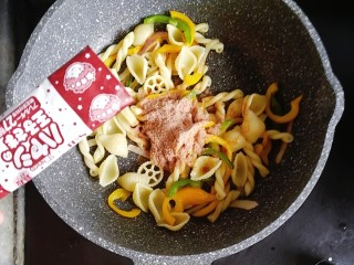 宝宝辅食—彩椒和牛咖喱炒意面,倒入半袋咖喱粉翻炒均匀