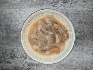 一招教你做滑蛋虾仁 ,虾仁洗净去壳去虾线,用少许料酒,2克淀粉,少许盐搅拌均匀,可以加点蛋清哈,这样会更嫩滑一些,腌制十分钟左右。