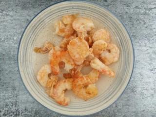 一招教你做滑蛋虾仁 ,翻炒至微微变红色即可捞出放碗中。