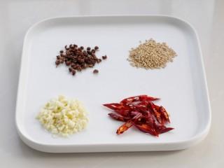 西芹拌腐竹,准备好各种辅料,大蒜剁成蒜末,红干椒切小段