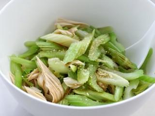 西芹拌腐竹,将西芹和腐竹一起放入大碗中,再调入味极鲜酱油、醋、糖、盐、鸡精和香油
