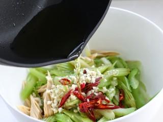 西芹拌腐竹,将热油淋到蒜末和辣椒上,榨出香味来
