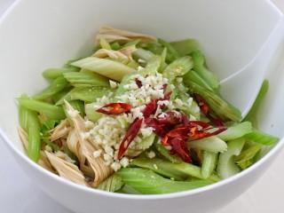 西芹拌腐竹,再将切好的蒜末和辣椒段放在最上面