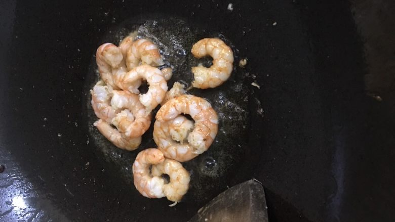 海鲜黄瓜肉丁面,先热油下虾仁爆香盛出。