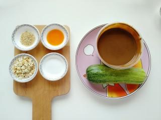 麻酱面,准备上述所需食材:芝麻、辣椒油、花生碎、盐、麻酱、黄瓜。