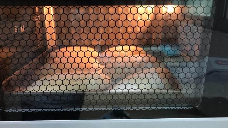 海苔肉松面包,送进事先预热好的烤箱 上火165度下火150度15分钟
