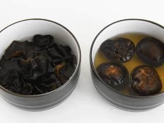 家常炒素,餐桌上最走俏的一道菜,黑木耳、干香菇泡发。