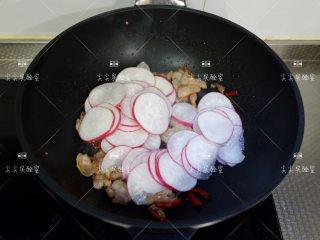 干锅水萝卜,加入白萝卜翻炒几下