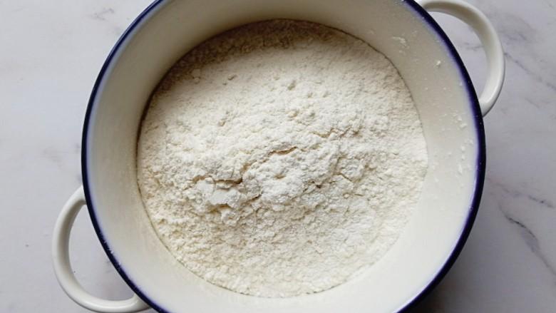 香葱牛奶鸡蛋煎饼,普通面粉倒入碗内(半碗用了)