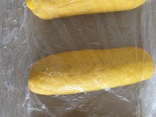 南瓜吐司,松弛好的面团擀成牛舌状自上而下的卷起来继续松弛20分钟