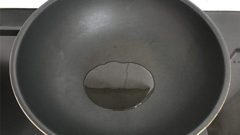 西葫芦鸡蛋饼,锅中倒入少许的油。
