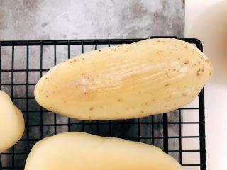肉松小面包,趁余温涂沙拉酱