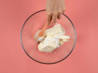 糖果饼干披萨,奶油奶酪170g加入糖粉40g、香草精3ml,搅拌均匀