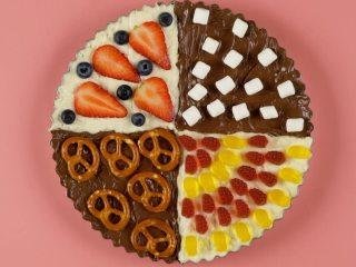 糖果饼干披萨,分别摆上草莓、蓝莓、软糖、棉花糖、饼干装饰