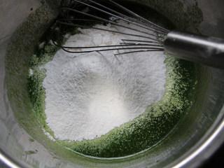 菠菜蛋糕卷,筛入低筋面粉和玉米淀粉。