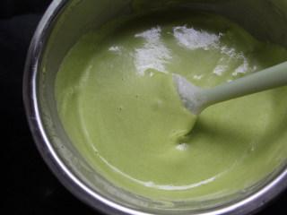 菠菜蛋糕卷,用刮刀上下翻拌均匀。