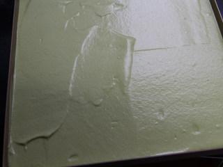 菠菜蛋糕卷,模具内提前铺油纸或者硅胶垫,倒入面糊,轻震一下烤盘震出大气泡,用刮板把面糊表面略微刮平。