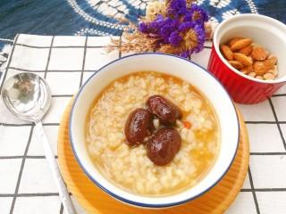 滋阴益气,黄芪石斛红枣粥,加入古法红糖,温阳化瘀、益气滋阴,搭配坚果,就是美味早餐啦。