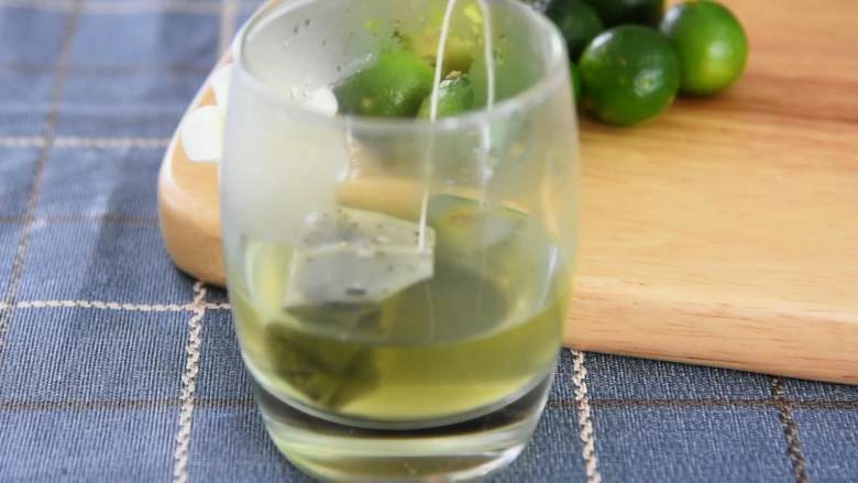 养乐多青柠绿茶—简单易学的小清新饮料,奶茶铺点单率超高,放凉。