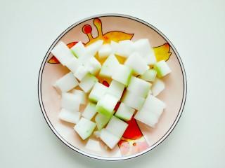 海米冬瓜汤,冬瓜去皮洗净切小块备用。