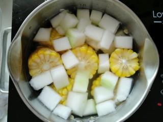 海米冬瓜汤,接着放入冬瓜。