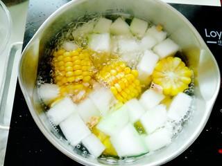 海米冬瓜汤,大火烧开,小火熬至15至20分钟关火,小伙伴如果觉得淡的话可以根据自己口味加入适量食盐。(海米本身是咸的,所以一定要少!放!盐!)。