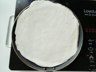 手抓饼,冰箱取出手抓饼,去掉上下薄膜,放在平底锅(一定要是不粘锅,否则后果你懂的)。