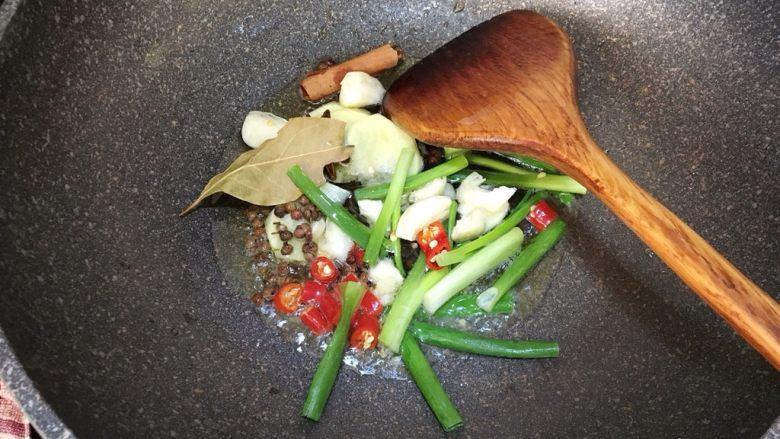 大盘鸡,锅中放入适量的油,把步骤3所有辅料都下锅爆香