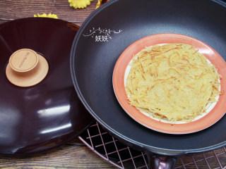 土豆丝饼,口味重点的可以加点香葱末一起煎。