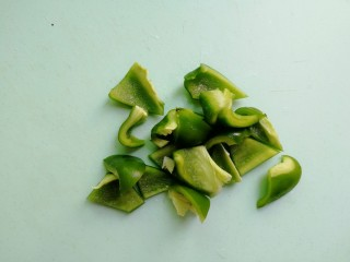 芝士彩蔬意面,煮面的时间我们来准备蔬菜,将青椒切块