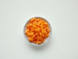 青豆虾仁炒蛋,胡萝卜切丁备用。