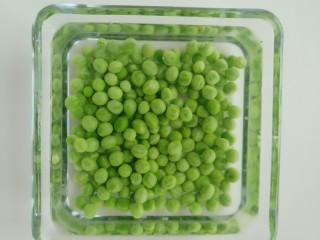 青豆虾仁炒蛋,把焯好的青豆,捞出放至冷水中。