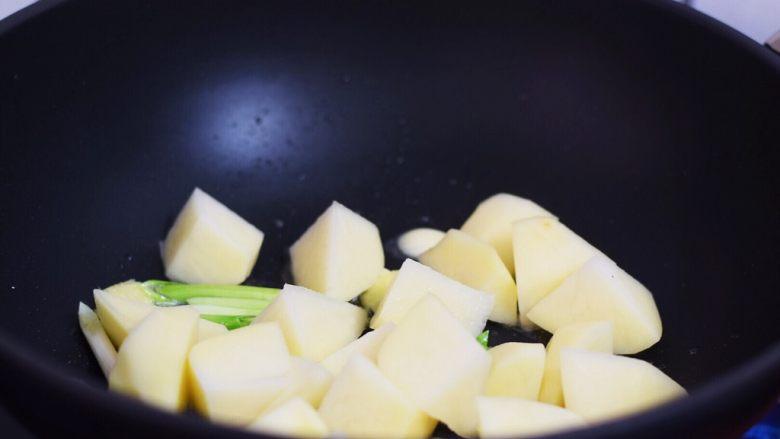 红烧土豆,加入土豆,翻炒1分钟