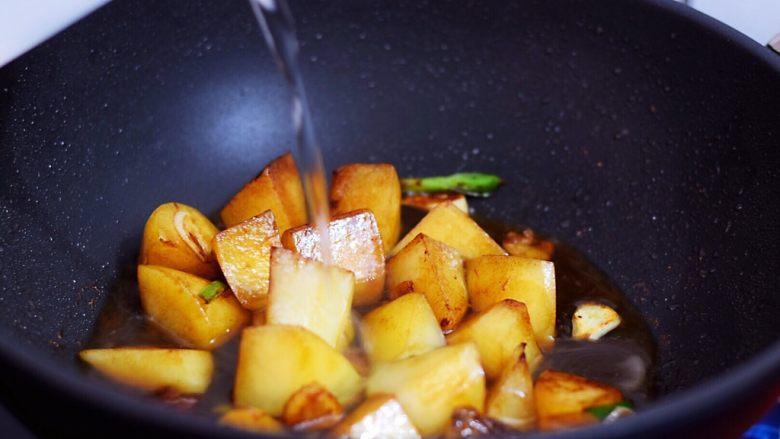 红烧土豆,加入清水,没过土豆即可