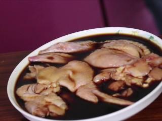 鸡腿包饭,把做好的汁浇在鸡翅上腌两个小时